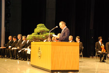 平成23年度入学式 祝辞を述べる校友会 森本会長