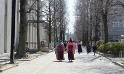 卒業式-校友会館前