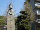 教育学部本館前の「石井素」像もマスク
